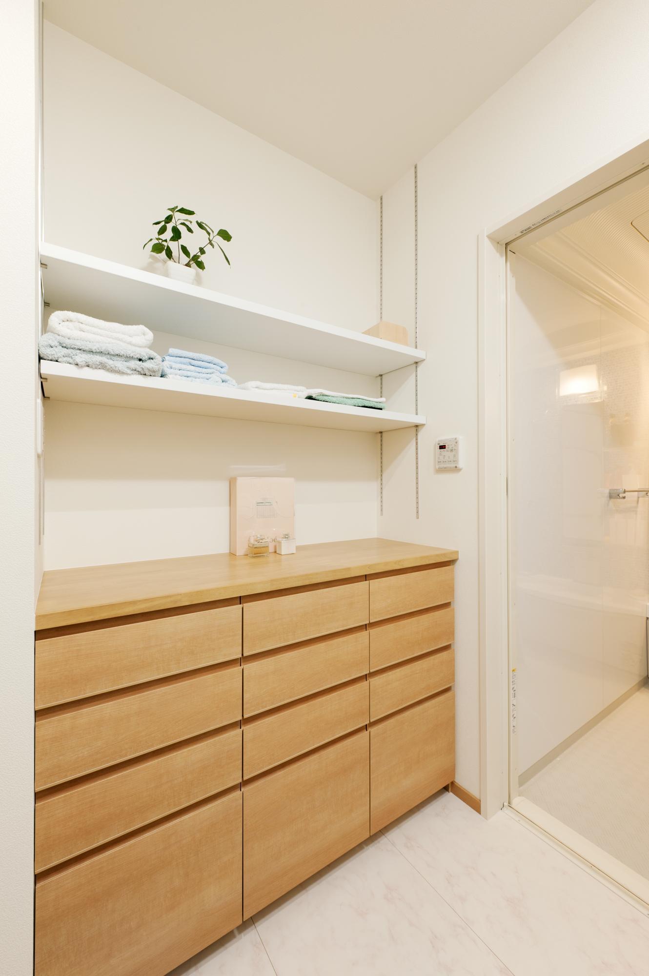 廊下をなくし、そのスペースを活用して洗面脱衣室にも新たに収納カウンターを設けた。