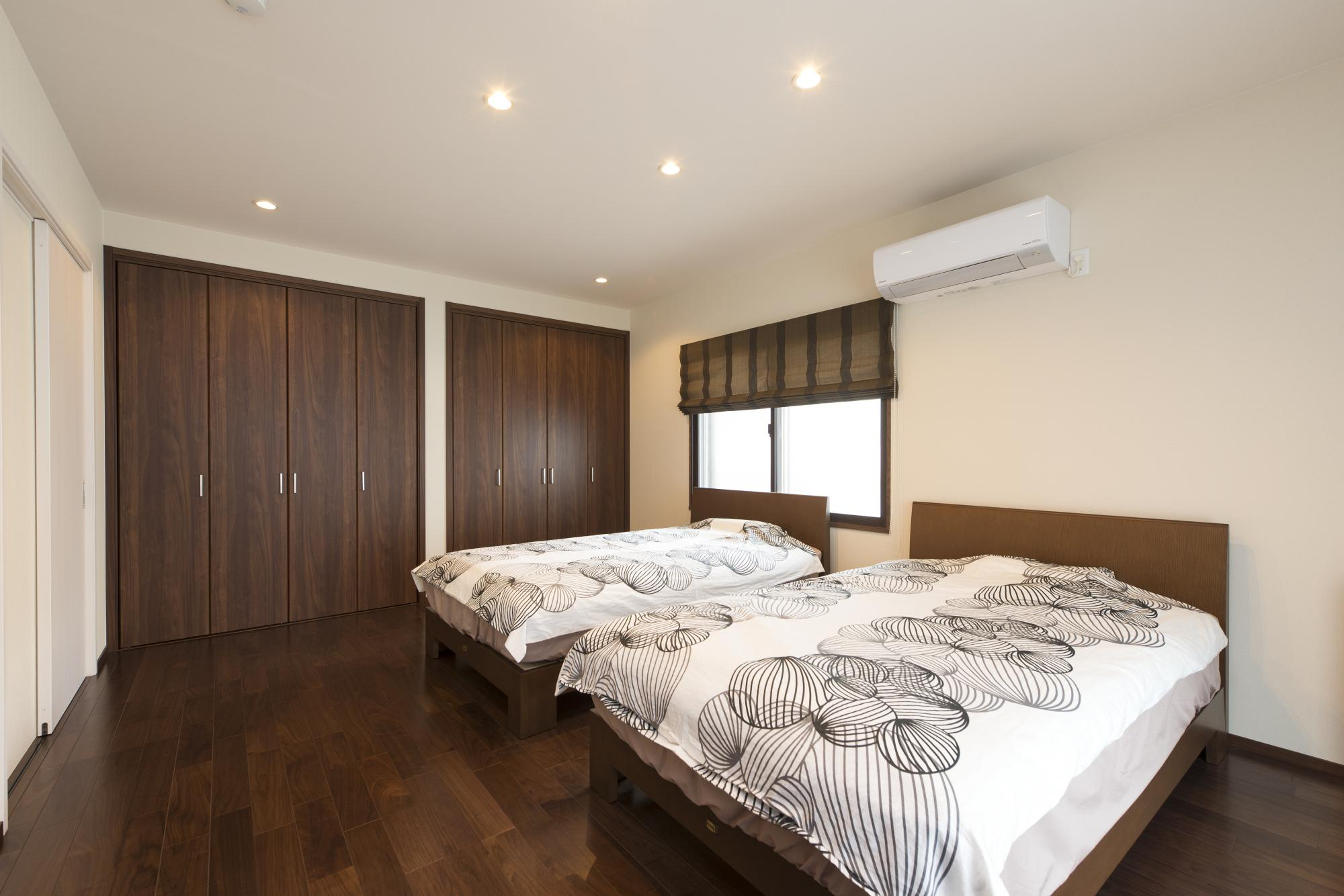 2階の二部屋と納戸をひとつにして、ゆったりとした寝室とご夫婦それぞれの専用の壁面収納を設けた。