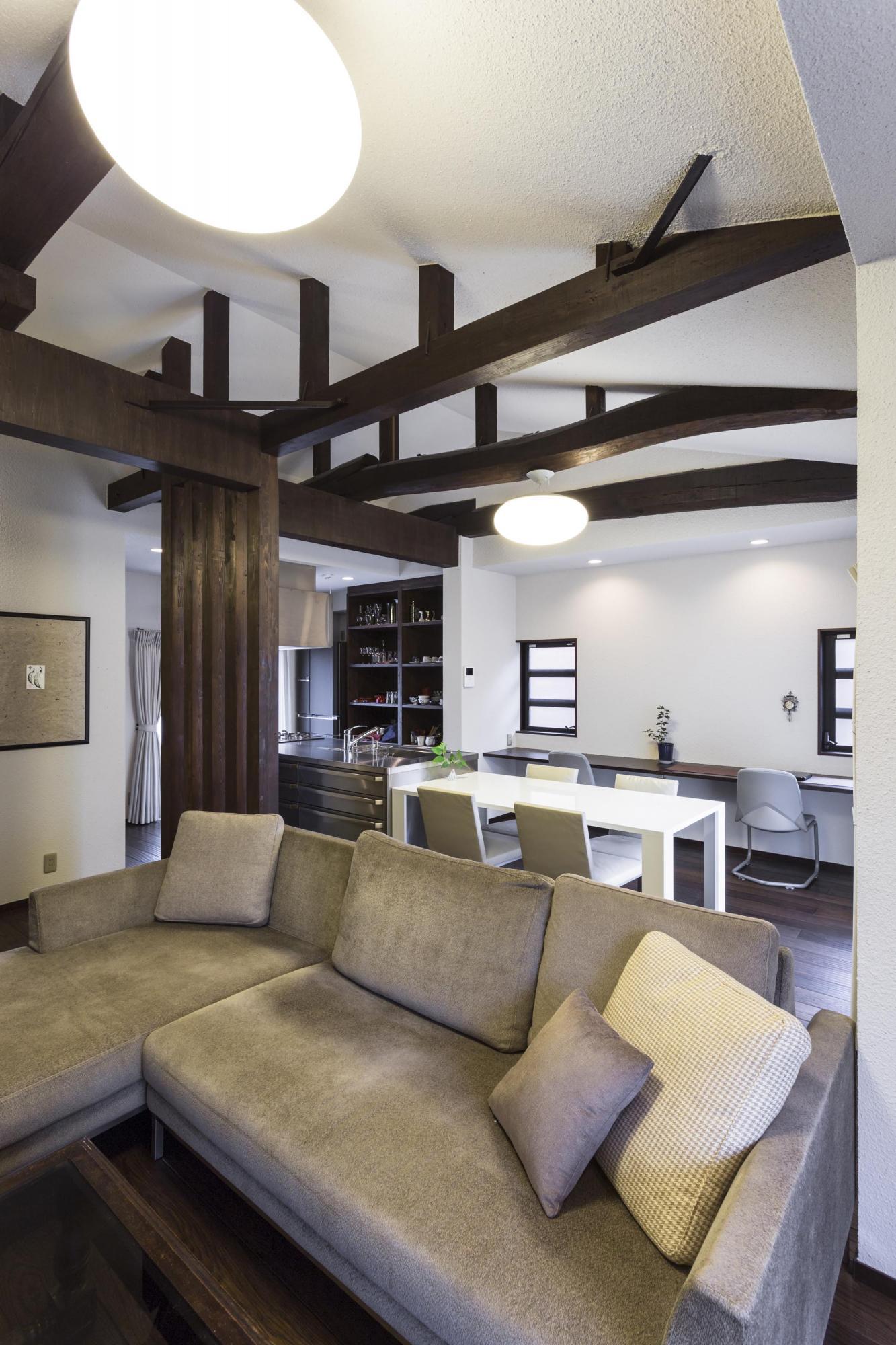 以前は洋室と和室、キッチン、浴室に分かれていた空間を大きなLDKにした。勾配天井にして空間に広がりをつくり、既存の梁を見せた。