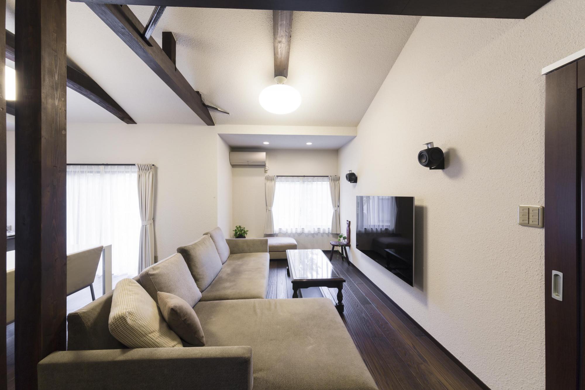テレビとスピーカーは壁に取り付け、配線はすべて壁の中に収めたので、すっきりとした空間が生まれた。ご主人はここで音楽を聴いたり読書したりして過ごす。