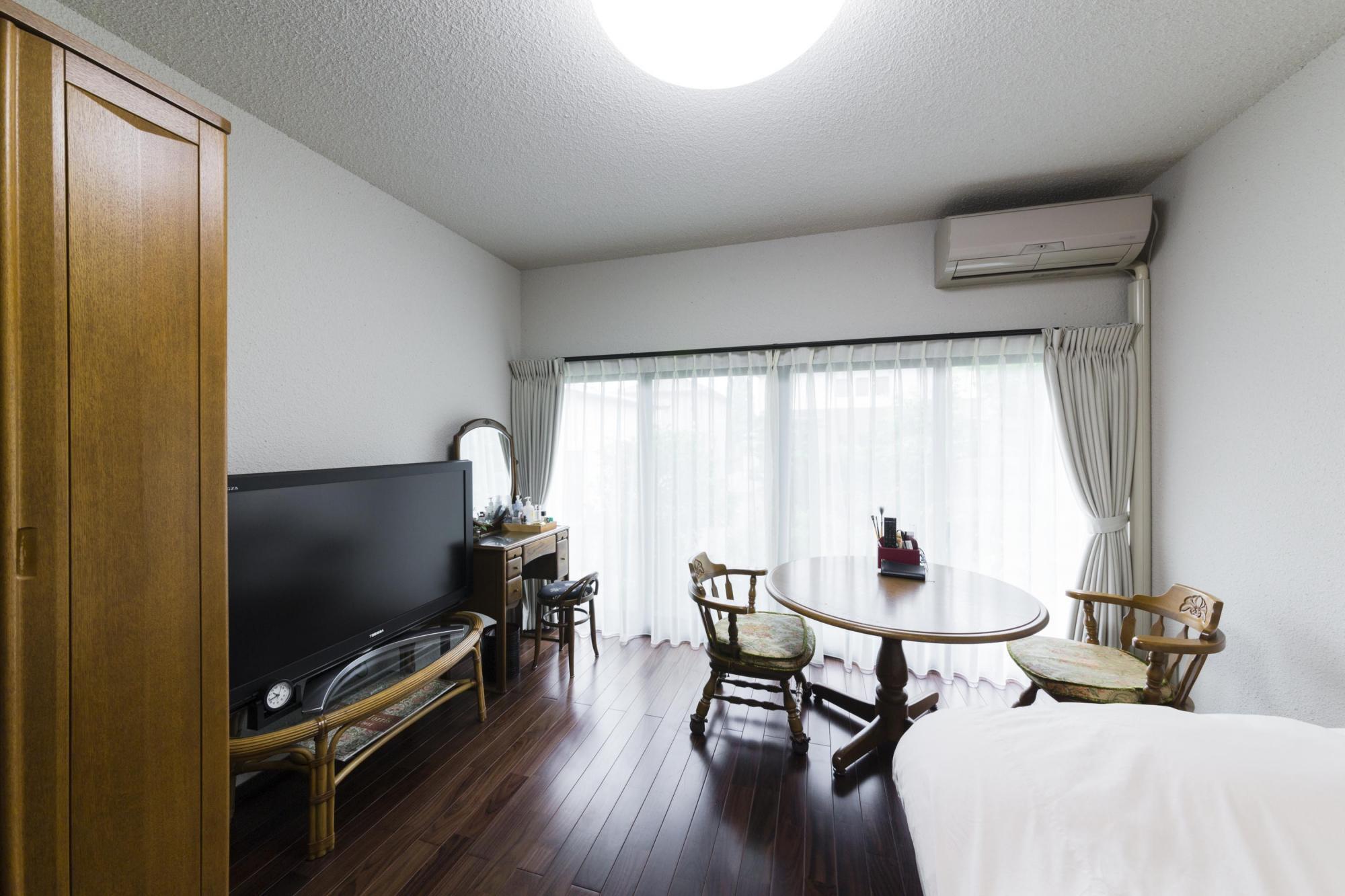 以前はリビングとして使っていた部屋を寝室にした。大きな開口部を設けて明るくし、複層ガラスで断熱性も大幅に高めた。