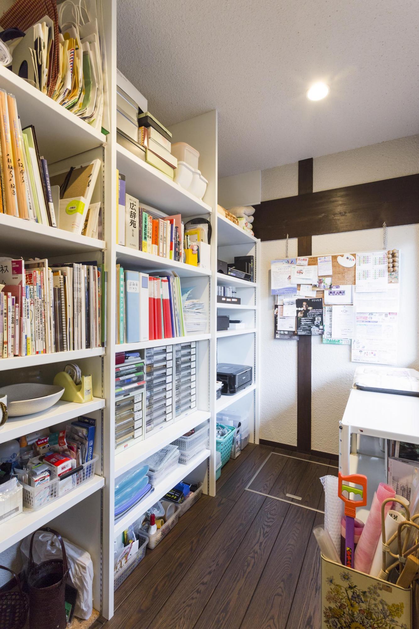 キッチン奥に確保したスペース。床下収納もある。奥さまのワークスペースとしても活躍している。オーディオデッキもここに収め、ワイヤレスでリビングと接続したことで、すっきりしたリビングで音楽を楽しめるようになった。