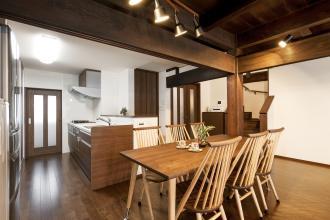 増改築による室内の床段差を解消。旧家を安心して暮らせる左右分離型の二世帯住宅