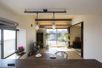 和室中心の間取りを変更。高台の立地を活かし、日当たりと眺望に恵まれた平屋の住まい