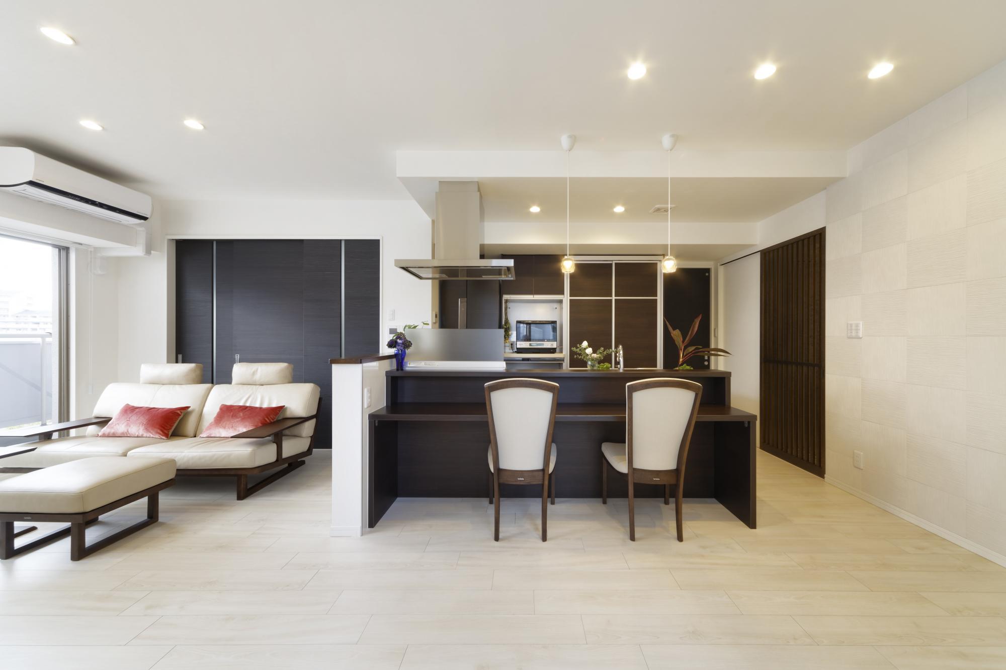 キッチンを移動し、オープンスタイルにして住まいの中心に。インテリア全体をダークブラウンのシックな色調でまとめた。