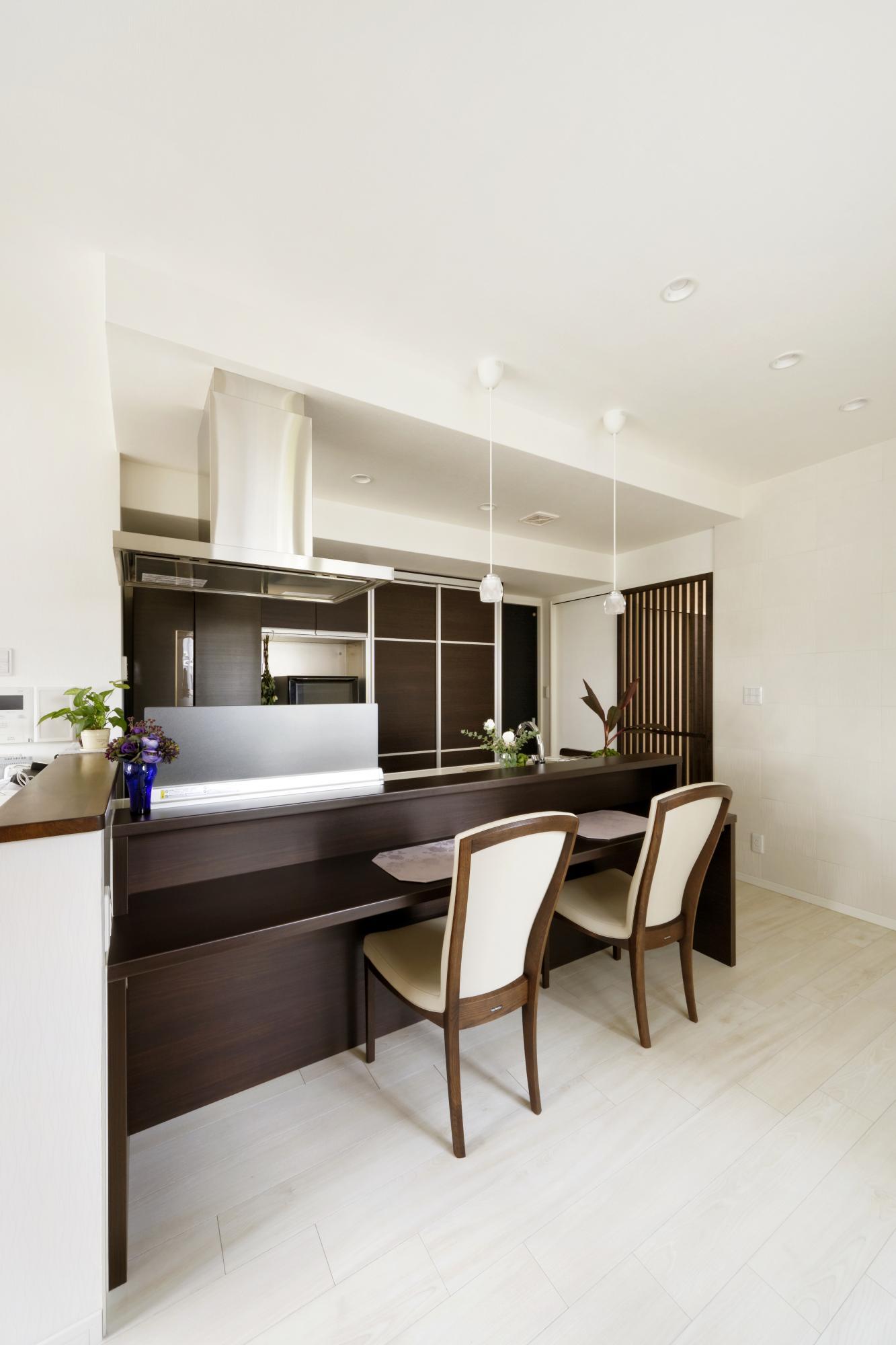 ダイニングテーブルは置かず、キッチンにカウンターを設けた。カウンターは低い位置にしたので、ハイチェアではなく、通常の座面の高さの椅子が使える。