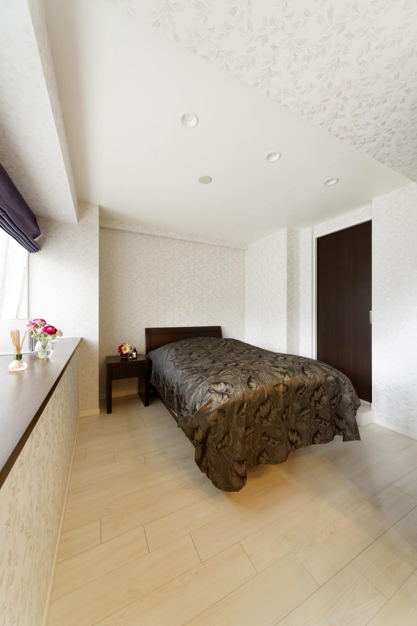 寝室のバルコニー側には落ち着いた雰囲気の木調カウンターを設置。右奥の戸がウォークイン・クロゼットに続く。