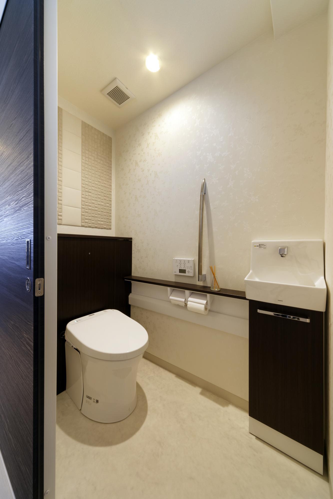 ゆったりとした広さを確保したトイレ。収納も充実。この壁面にもエコカラットを貼った。