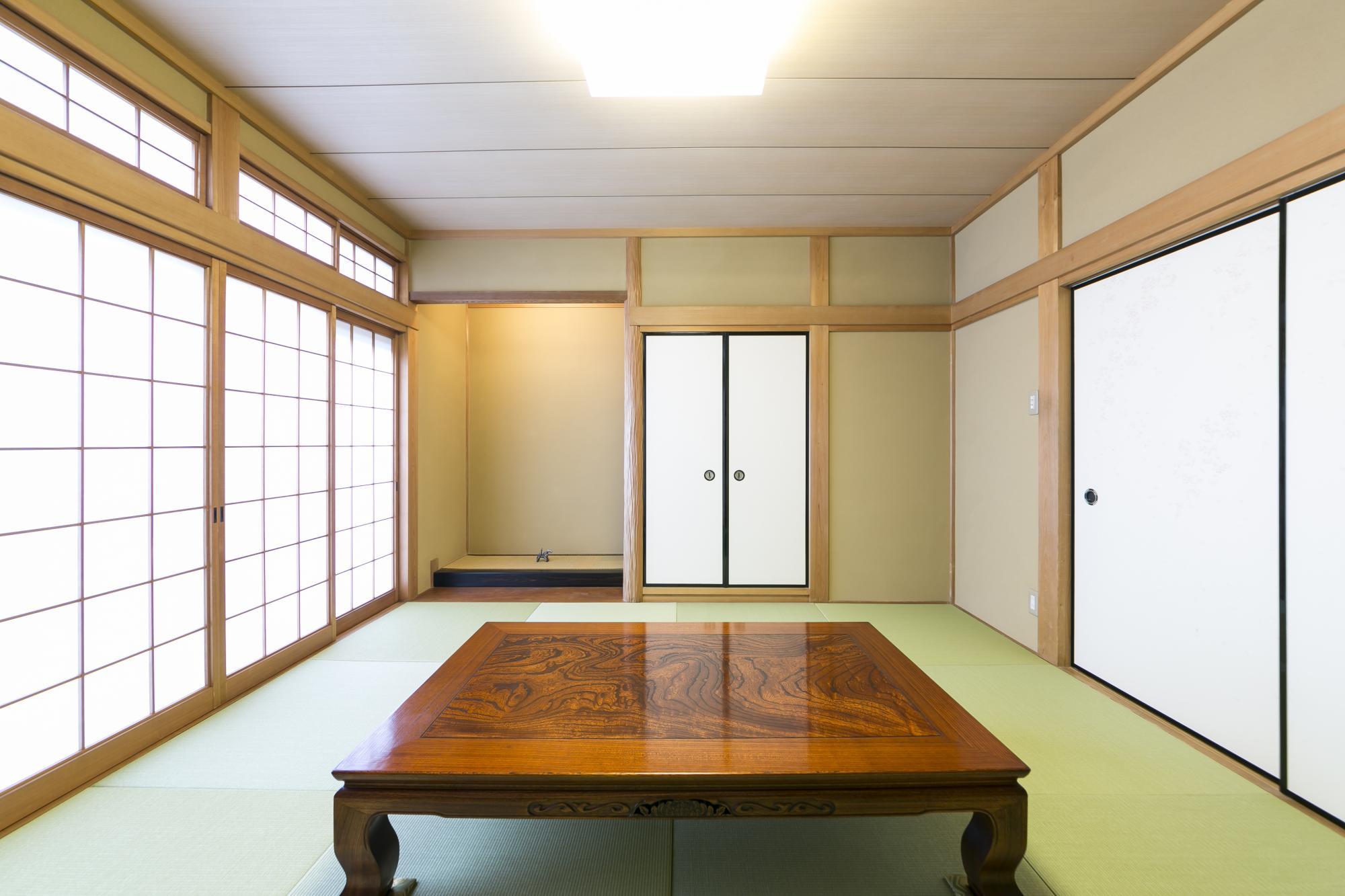 残した8帖の和室。スギの絞り丸太が使われた床の間は、既存のまま。壁はすべて塗り替え、畳や襖も新しくした。