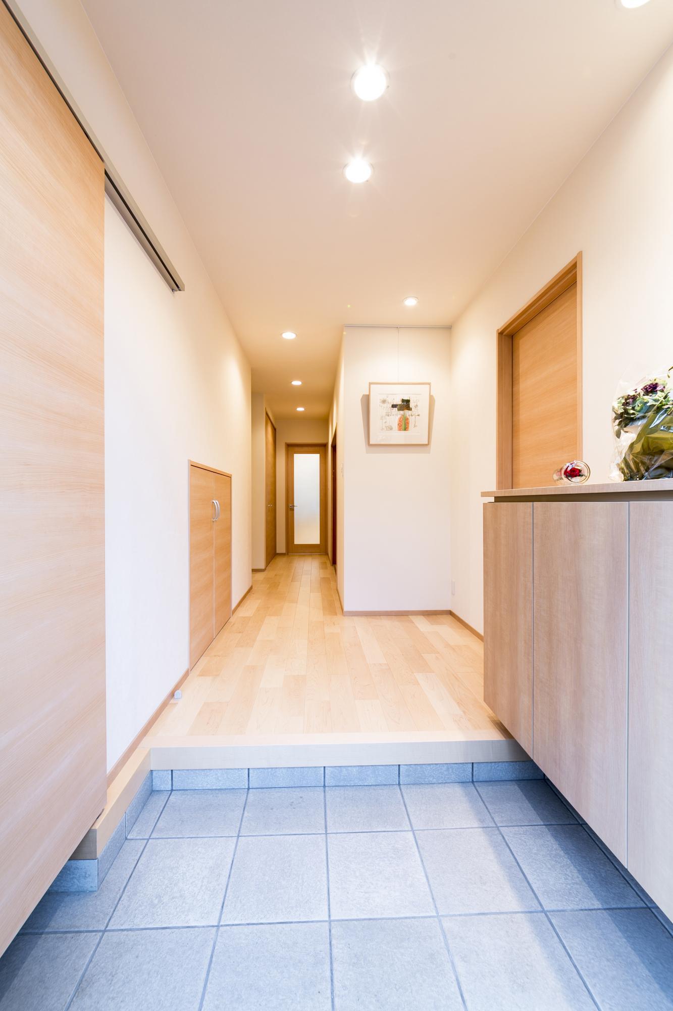 玄関は位置を変えて新設した。左手の戸をスライドさせると土間続きでエントランスクロークがある。