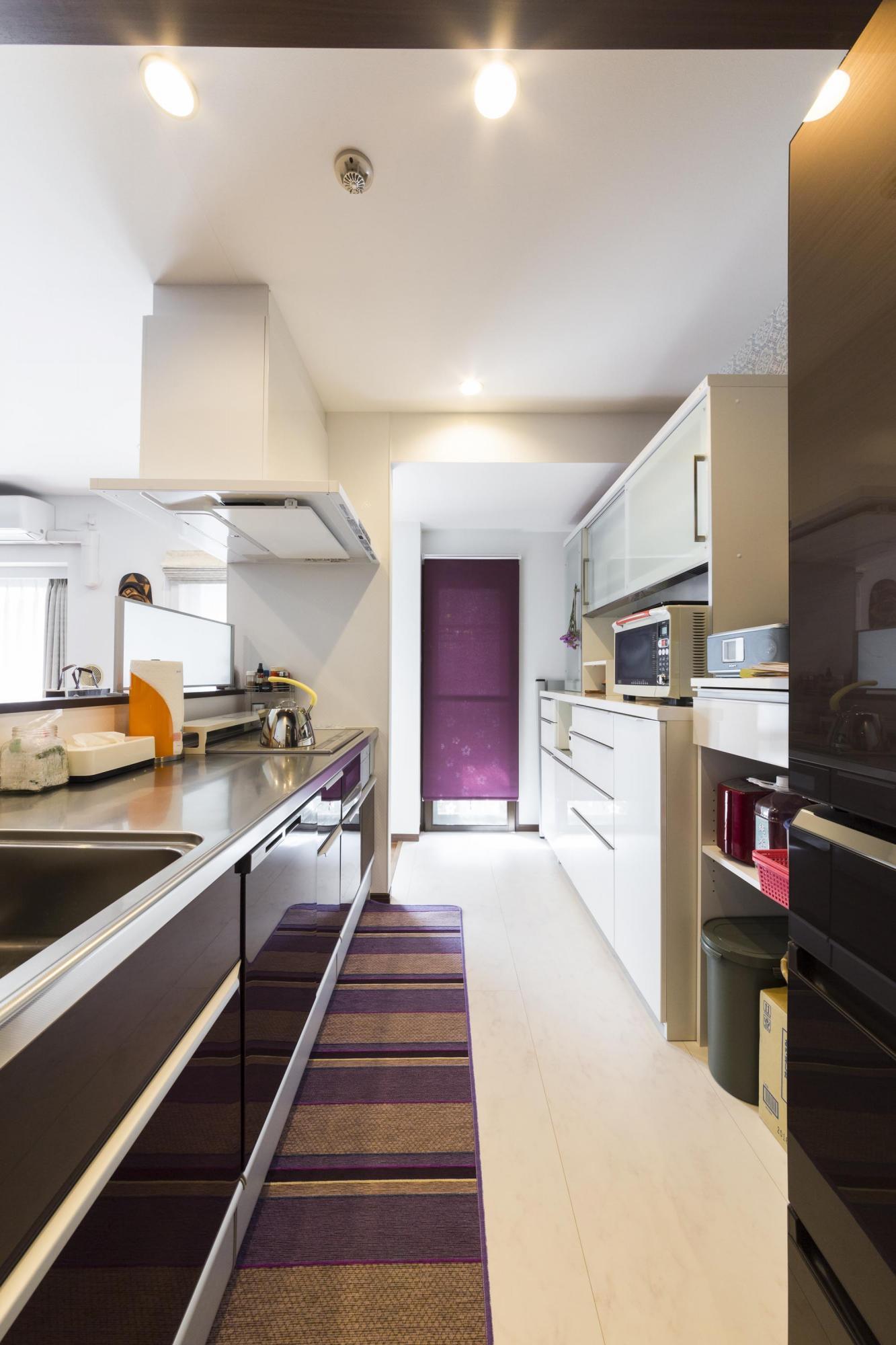 キッチンの壁側には収納スペースを確保。キッチンからすぐにバルコニーに出られるので、不要なものの一時保管なども効率よくできる