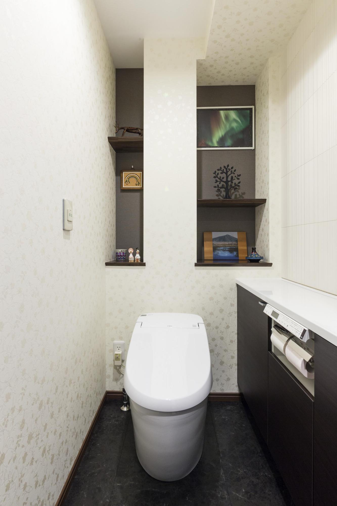 より広くなり、収納と手洗いカウンターも新たに備えたトイレ。カウンター上部にはエコカラットを張り、心地よい空間にした。