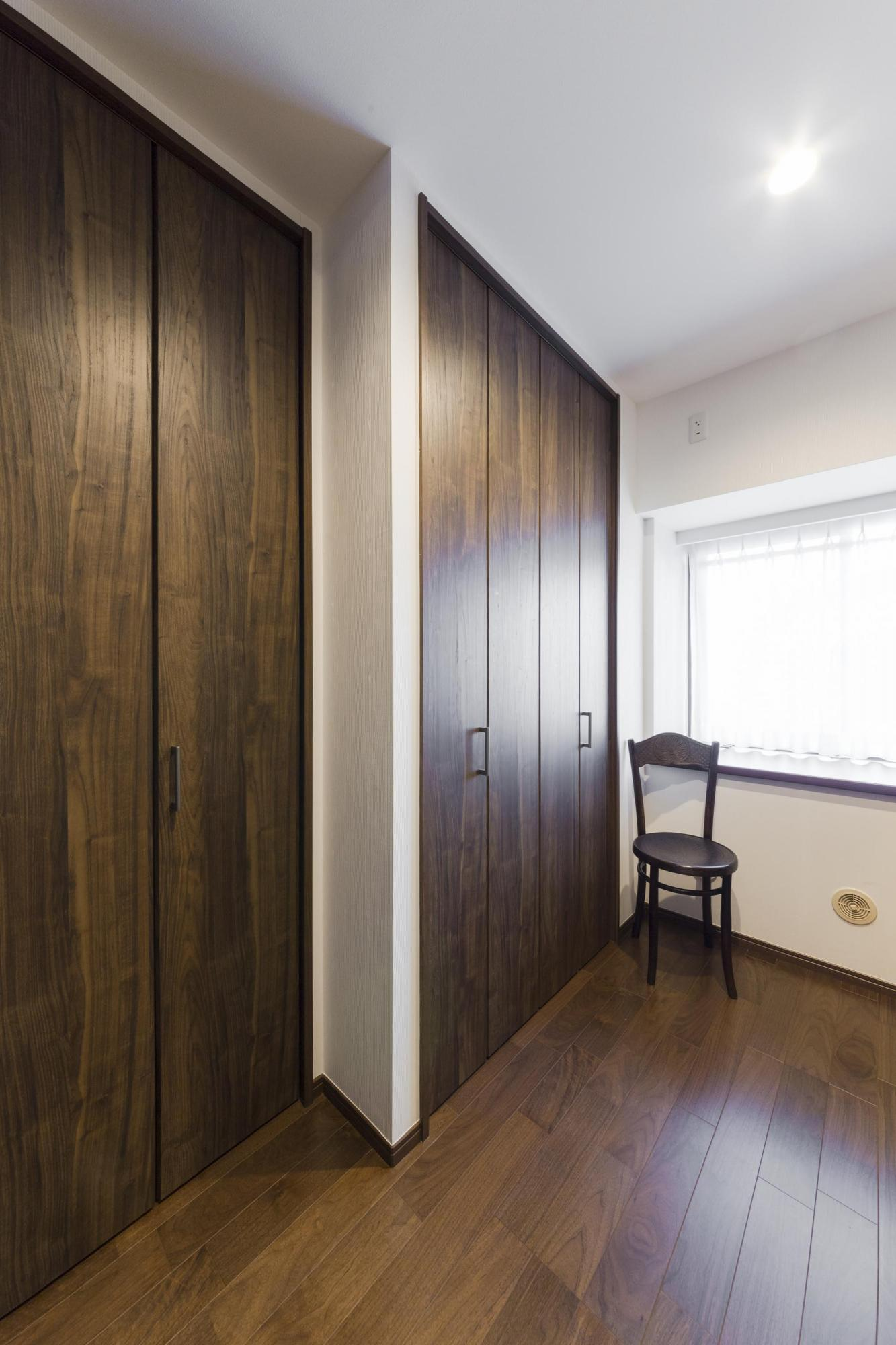 外廊下側の洋室をウォークイン・クロゼットにして、十分な収納スペースを確保した。