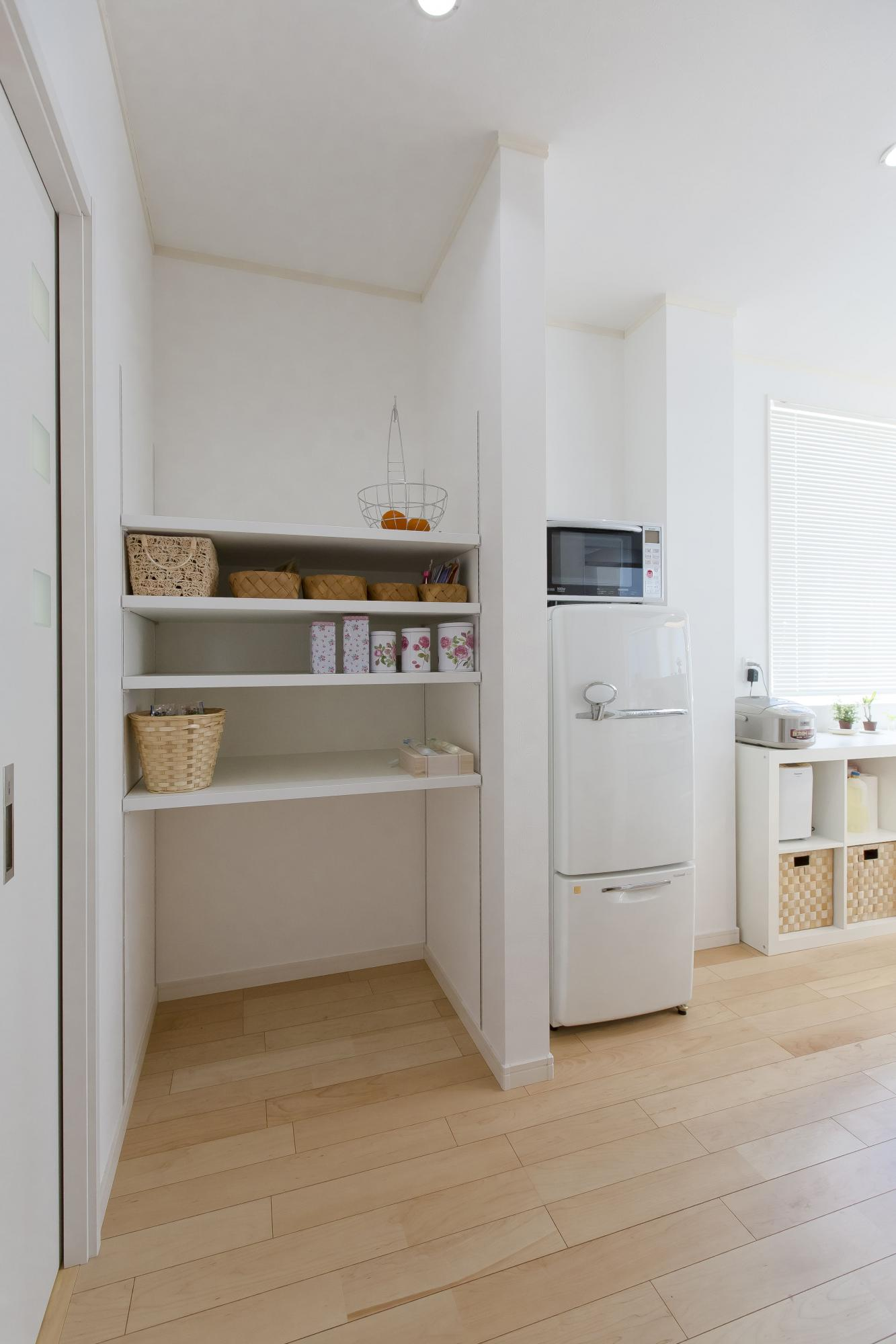 キッチン横にはパントリーを設けた。食品のストックやゴミ箱の収納場所などとして、多目的に使える。