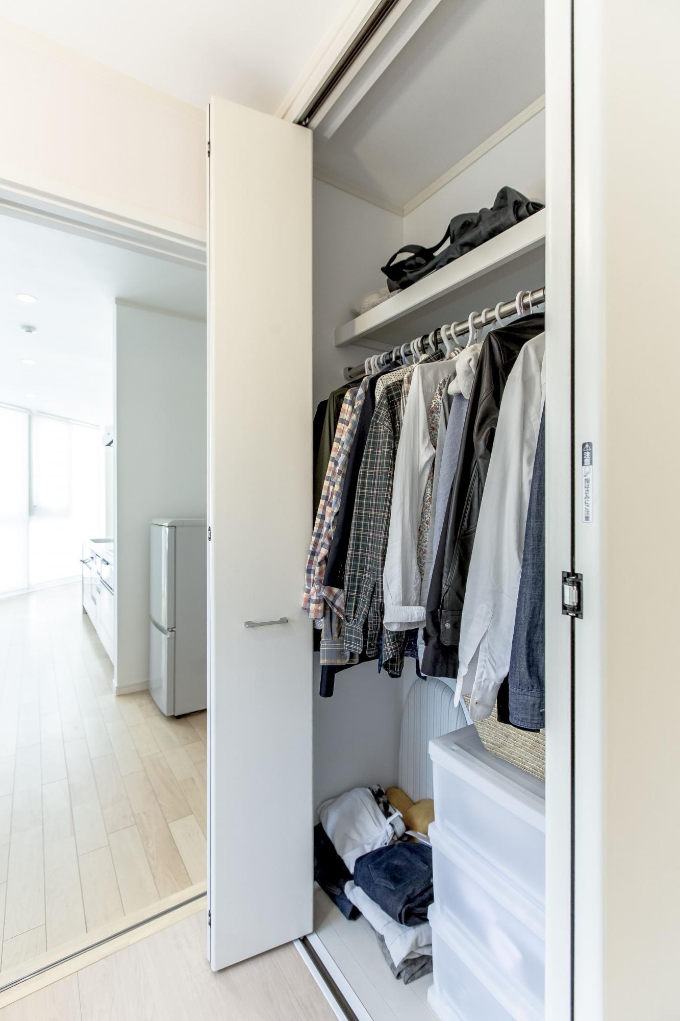家事室のカウンターの反対側には天井までの高さの壁面収納を設置。アイロン掛けから畳む、しまうまで、家事室ですべて完結できる。