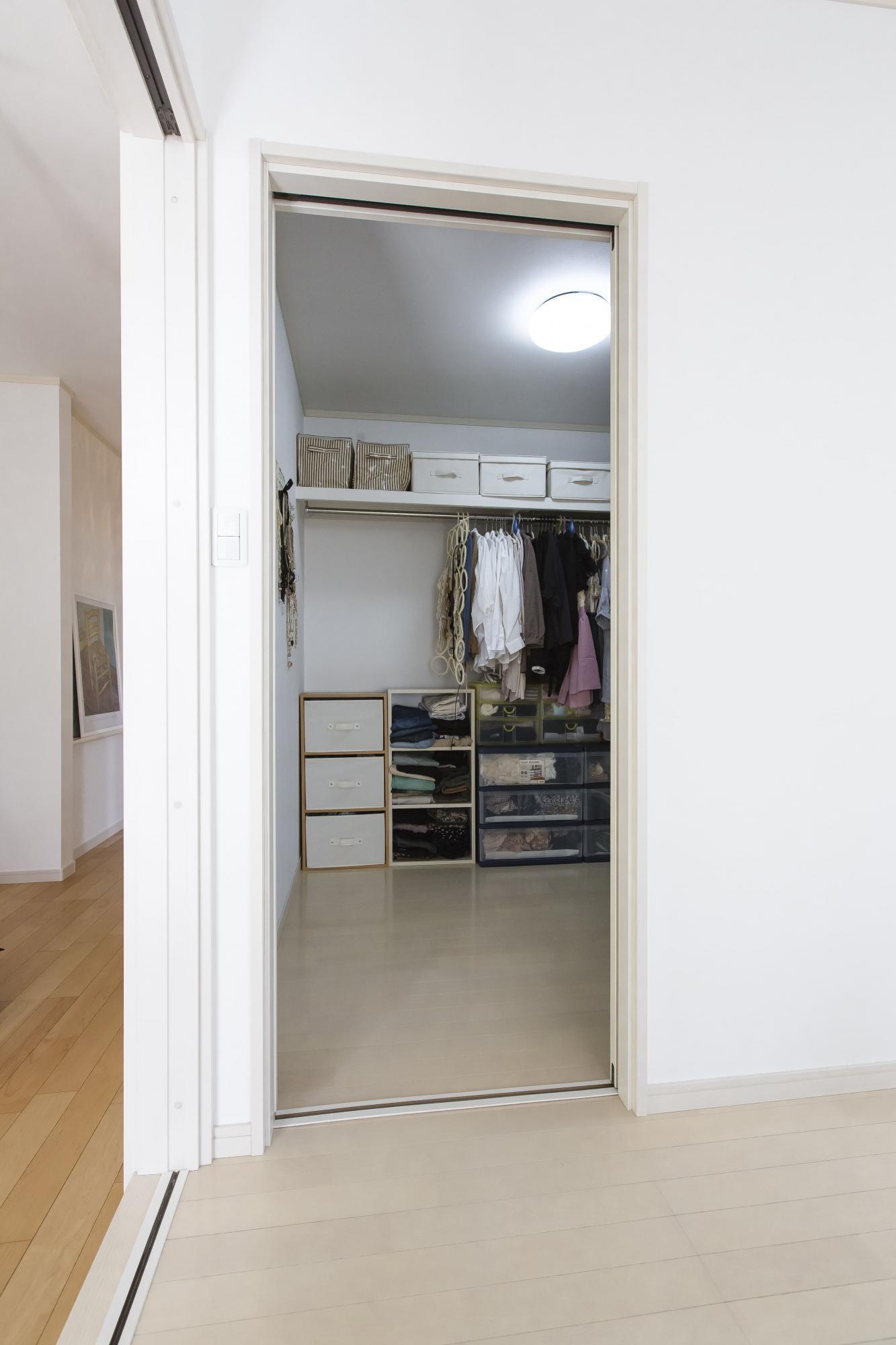 主寝室に設けたウォークイン・クロゼット。約3帖のゆったりした広さを確保した。
