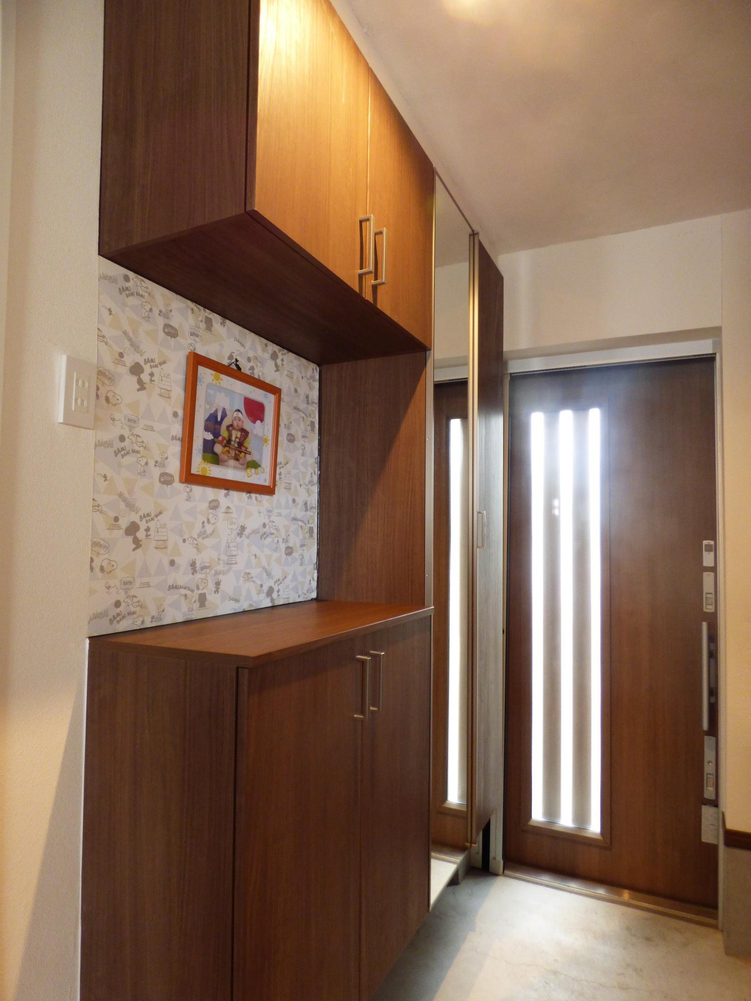 玄関引き戸はリクシル製片引き戸を使用し、ベビーカーや車椅子でも楽々入れるよう考慮しました。玄関収納も充実です。
