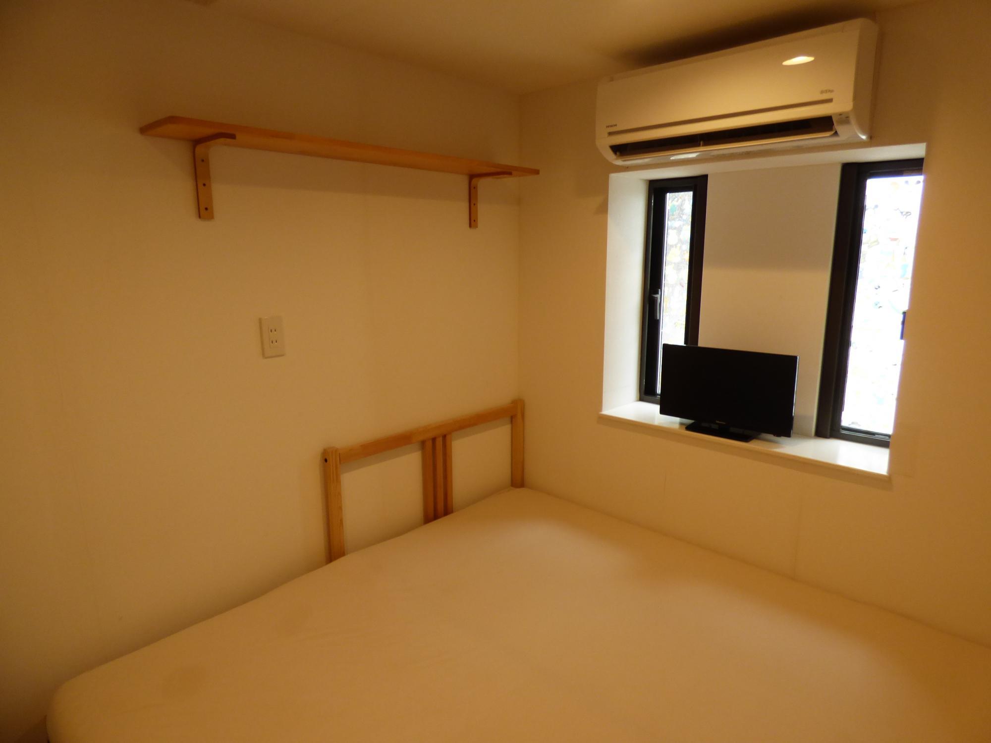 寝室には出窓を設置しました。その出窓には、縦滑り出し窓で採風効果も抜群です。