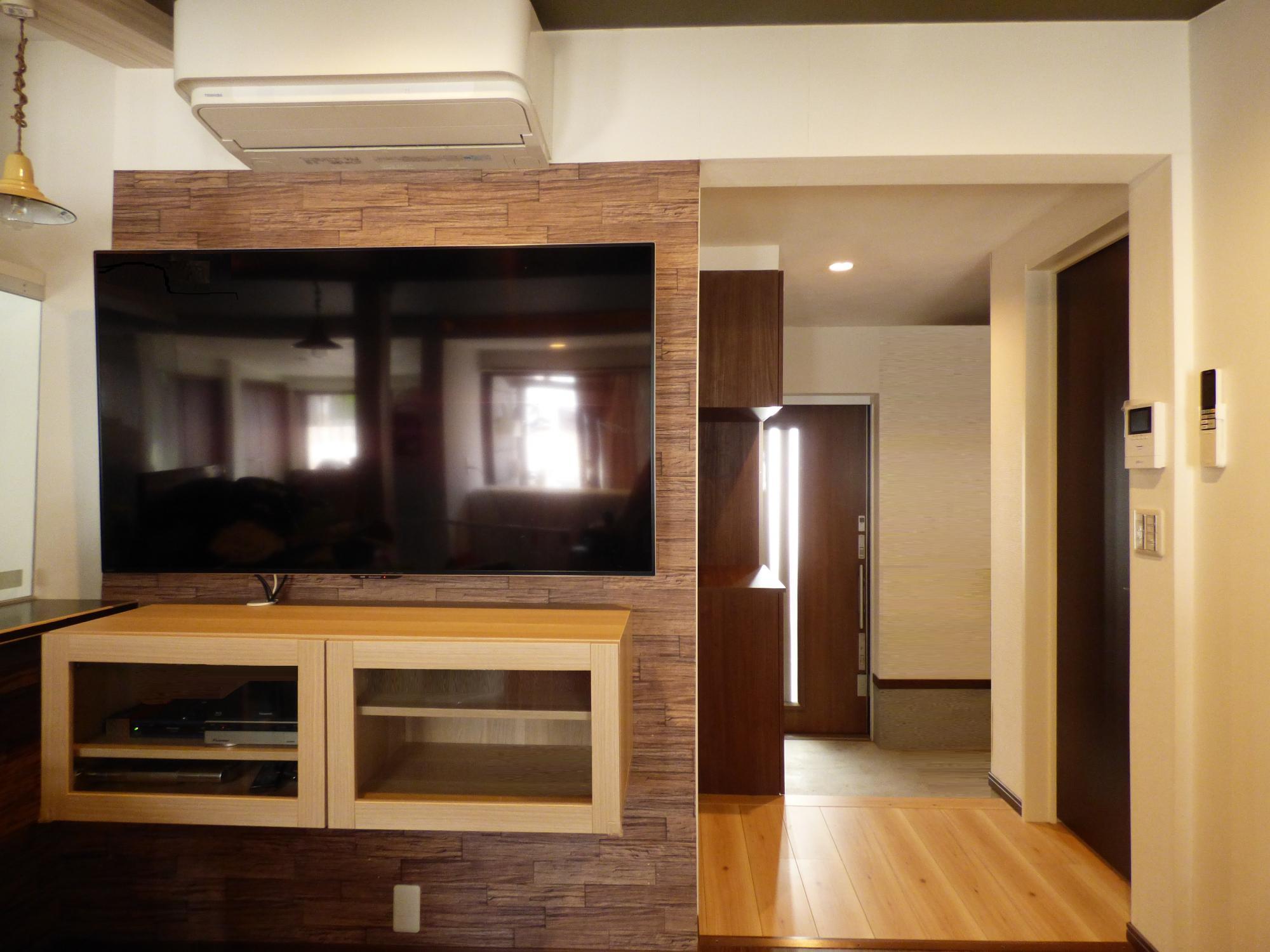 リビングにはテレビを壁吊りで設置、しかもテレビボードもフロート仕様です。これにより、お掃除楽々です。