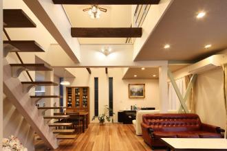 開放的な吹抜けを造作した明るいLDK。耐震・断熱工事で住宅性能も新築同様に