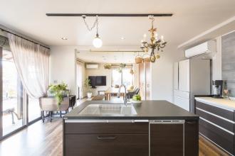 キッチンが中心の開放的なLDK。耐震・断熱工事で安心・快適な住まい