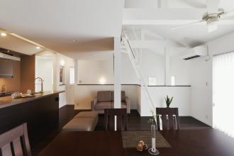 オープンな間取りと高い天井、明るい採光を備えた開放感あふれる住まいへ