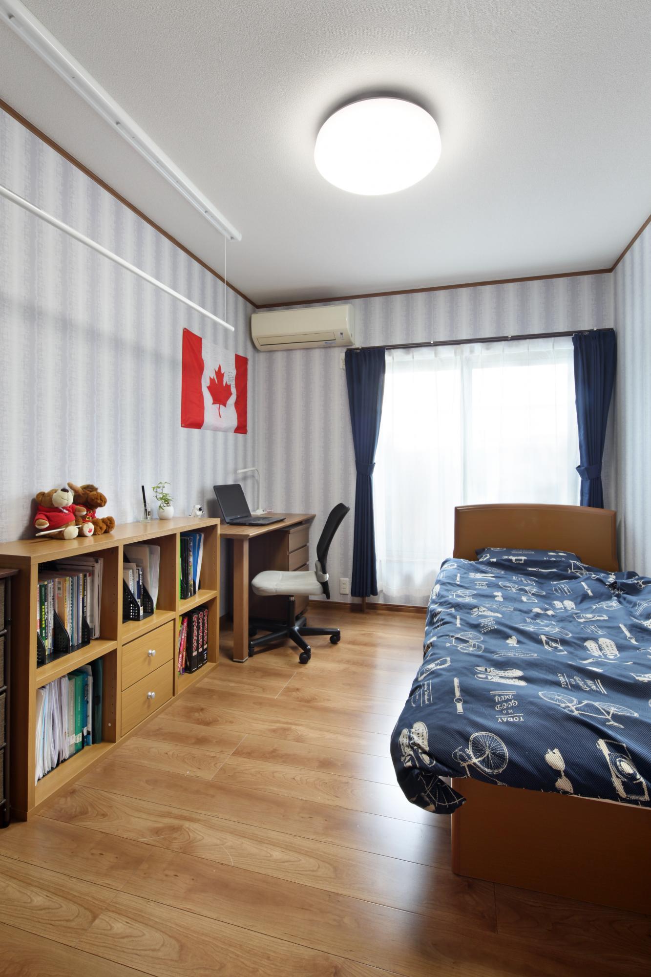 プライベートを守るために窓をなくして壁一面に。 新しくなった洋室に「留学時代の友人を日本に呼んでみたい」と、お子様ご自慢のお部屋に