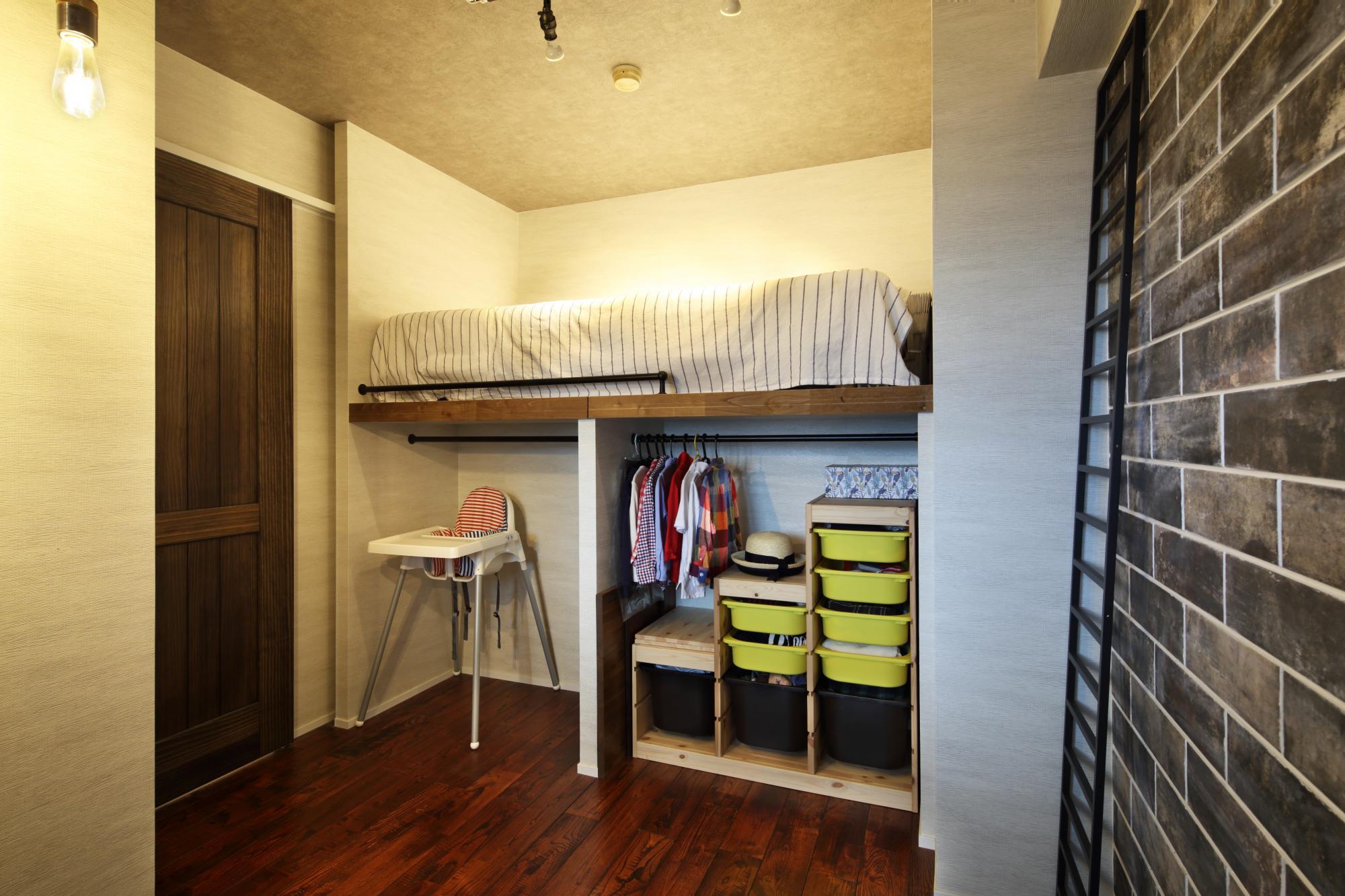 秋生まれの男の子のお部屋は、栗の床材とクロスの風合いでヴィンテージテイストに仕上げました。ロフトベッドを造作し、下部のスペースは収納として活用