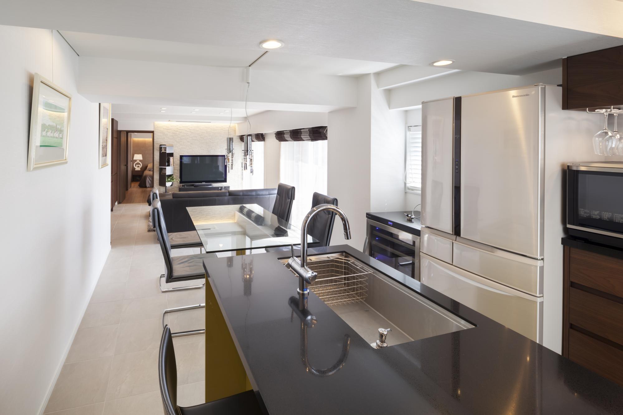 お施主様お気に入りのアイランドキッチン。使い勝手がよく掃除もラクラク。眺望を楽しみながら食事や調理ができるくつろぎの空間
