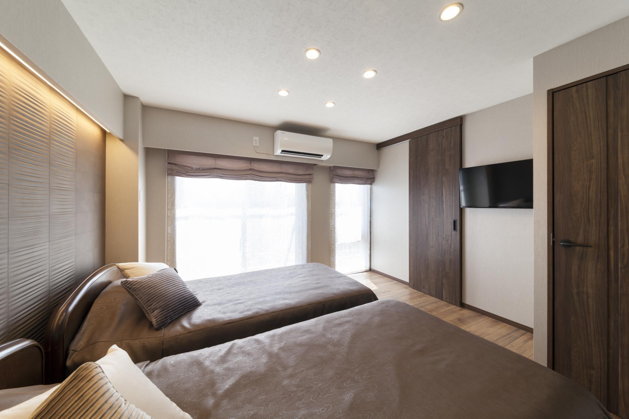 間接照明の効果によりホテルライクな寝室が誕生