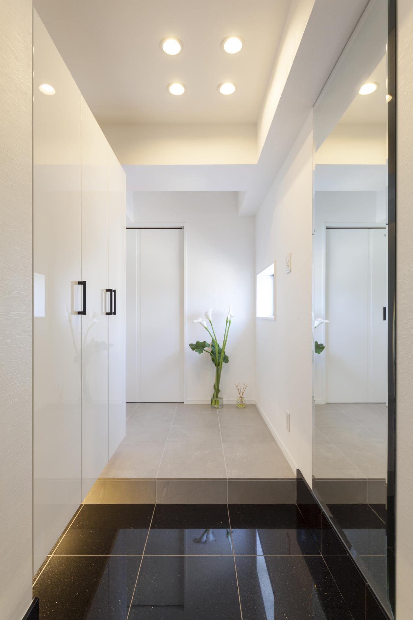 白を基調にした空間に、大理石の床が映える玄関