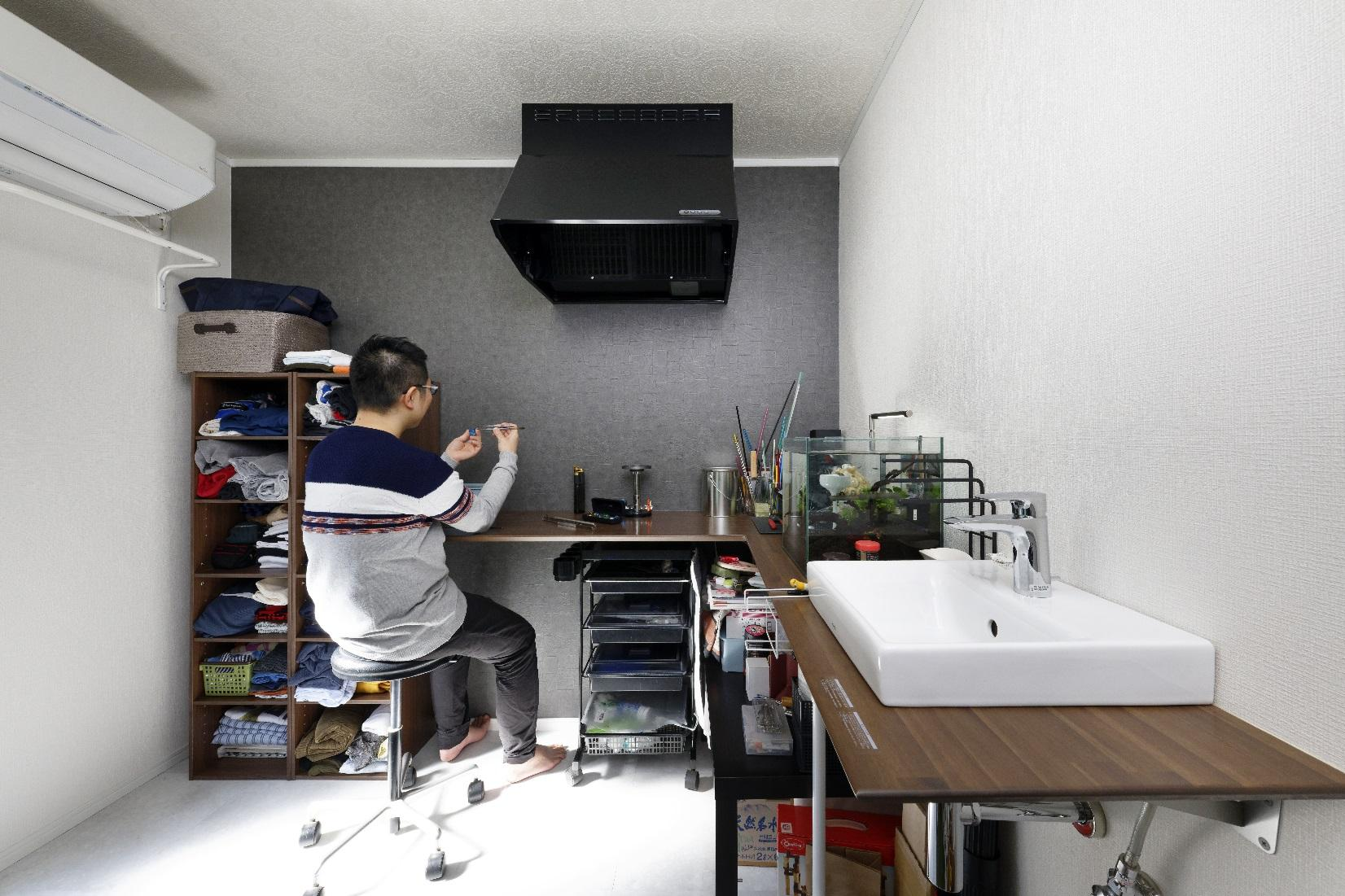 家の中で⼀番⼼地いい場所に作業部屋を配置。モノトーンで整え、デザイン的にも落ち着く空間。ガラス細⼯には⽕を使うので、換気扇や洗⾯台も設置し作業環境を整えました。また、床は材料をY様自身で購⼊し、カッターとボンドを使い施⼯されました。セルフリノベーションも楽しい経験だったそうです。