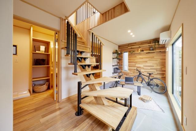 玄関を開けるとまず目に飛び込むスケルトン階段。その奥には広い土間スペースが広がります。