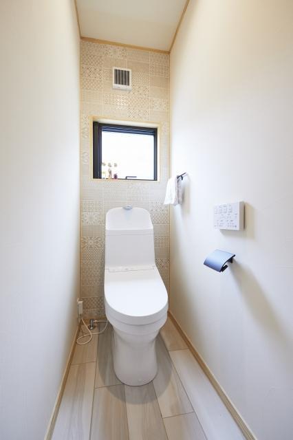 トイレには床と奥の壁にタイルを選定。清潔感のある空間に仕上げました。