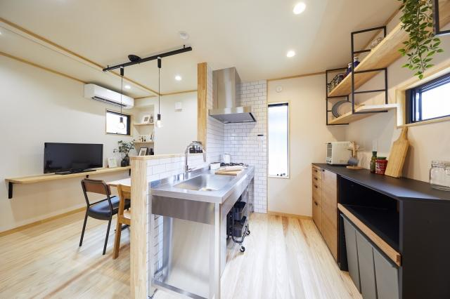 シンプルなステンレスキッチンはコンパクトでありながらも対面とし、LBK全体が見渡せテレビを見ながらの調理もできます。