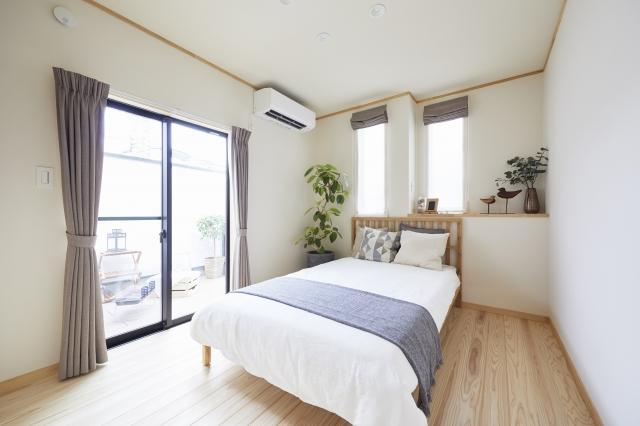 寝室は快眠をテーマに、自然と太陽の光で目覚めることができるように東側に配置しました。
