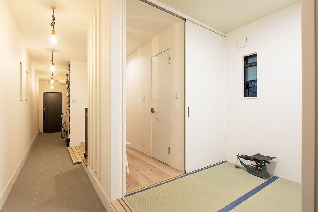 裏と表をつなぐ土間。和室は客間として使用。