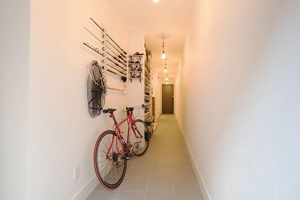 裏と表をつなぐ土間。アウトドアグッズや自転車を置くことができる。