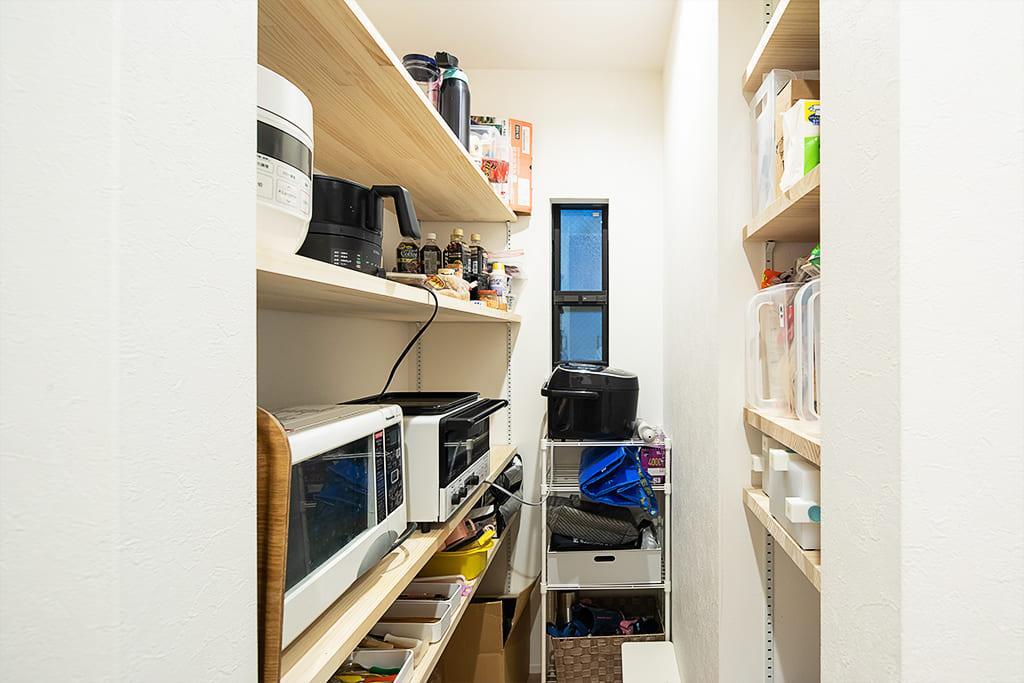 パントリーに家電と食器を全て収納。