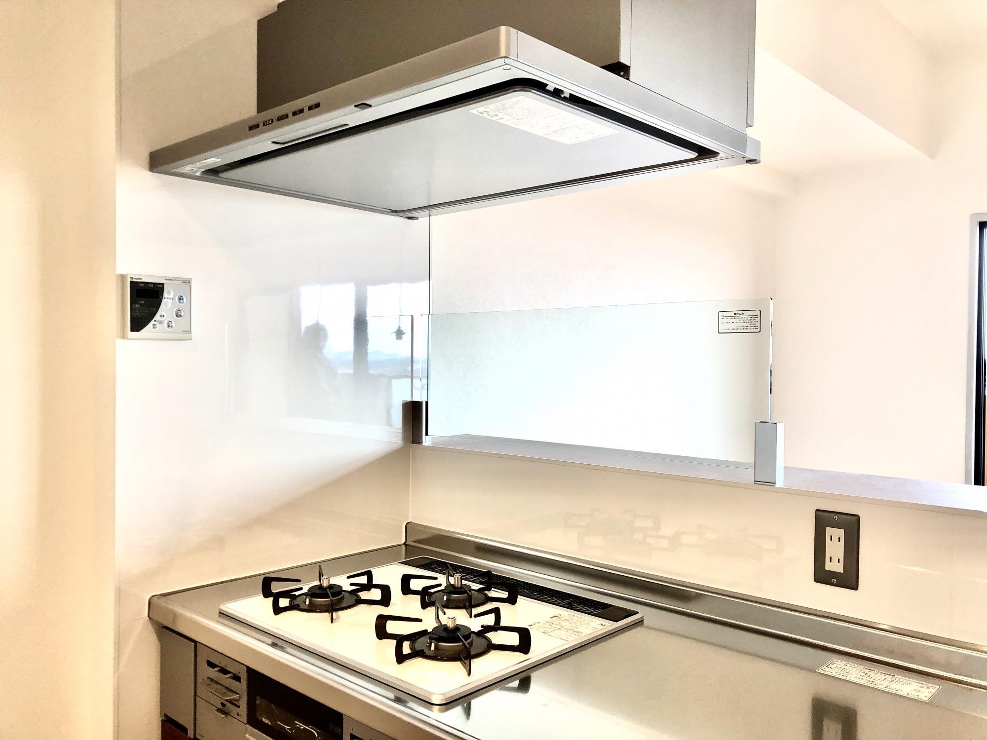 通常はキッチンに向かってコンロの奥側には壁があるのですが、圧迫感があることとデザイン性を重視して壁をなくしました。スッキリ見渡せるため随分と開放感を感じます。とはいえ、油が跳ねたり飛んだりすることはありますので、デザイン性と機能性のバランスを考慮してガラス製の壁を採用しました。