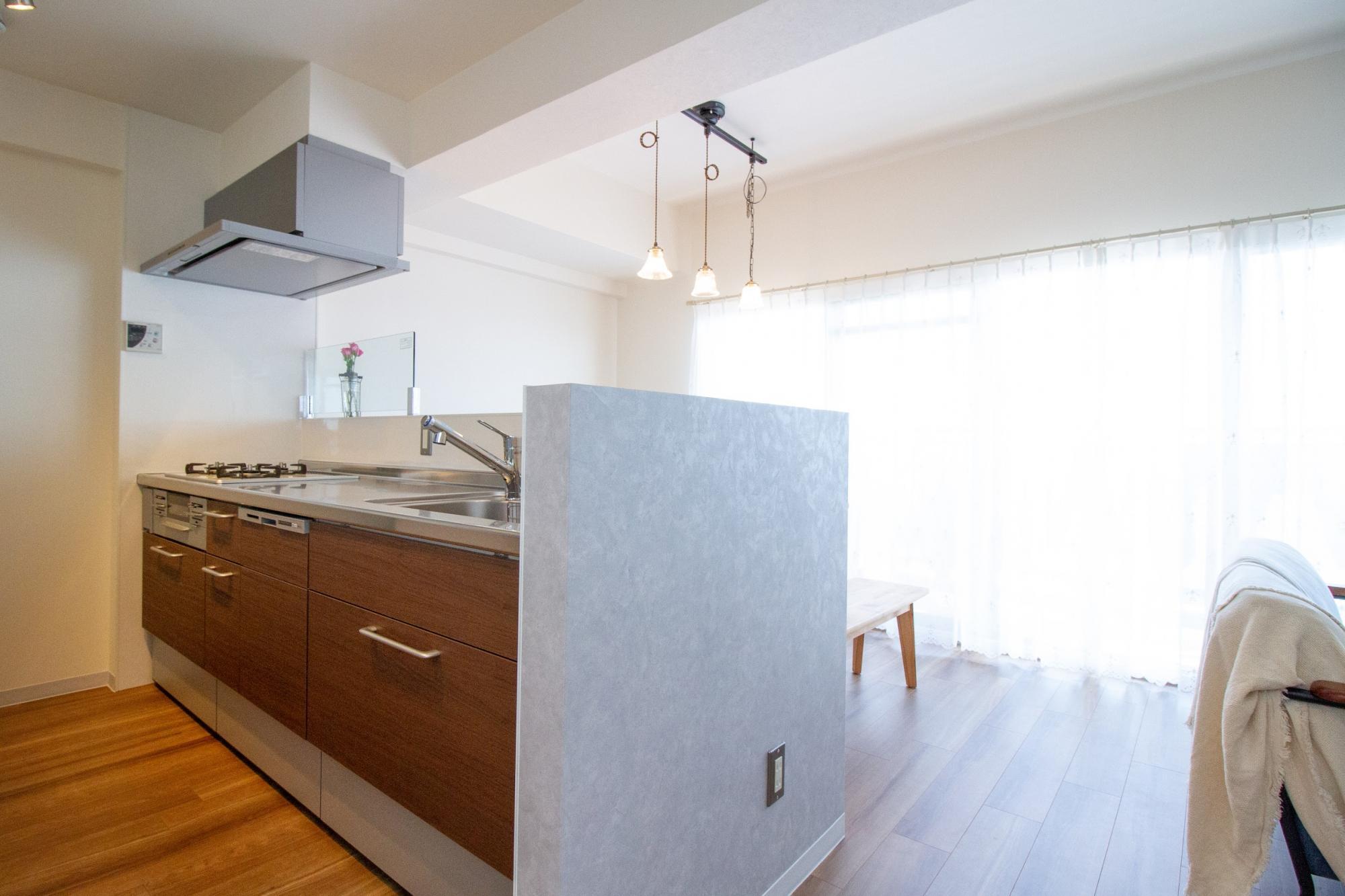 キッチンの袖壁にコンクリートデザインのシートを合わせました。ナチュラル+アイアン+コンクリートは意外とよく合います。暖かさと冷たさのギャップがおしゃれです。