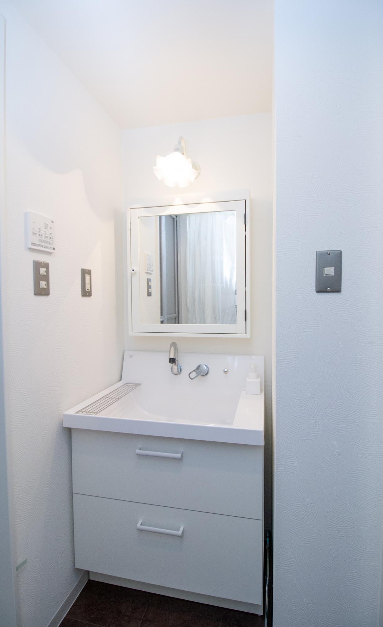 洗面台と鏡のセパレートタイプ合わせました。量販品と違ってオリジナル感がすごく出ました。洗面台と鏡は別メーカーです。敢えてのホワイトで統一したセンスがキラリと光っています。