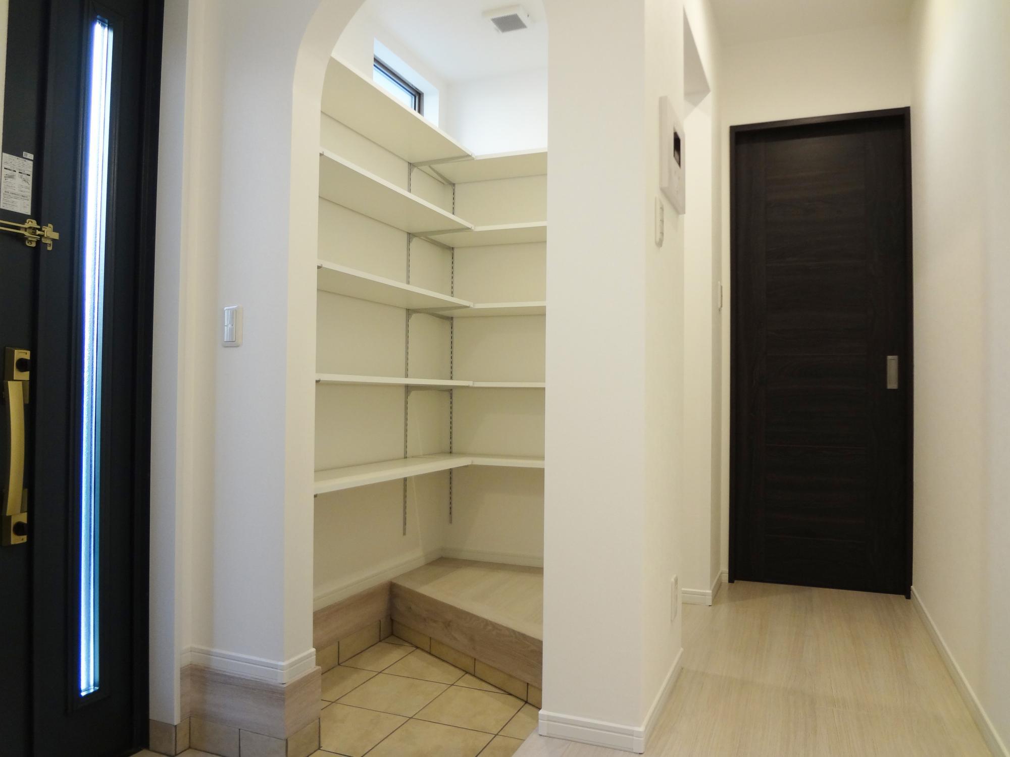 玄関土間収納。土間と床のどちらからでも棚まで「ある程度…手が届く」設計です。靴を履いたまま棚に手が届くと便利です。