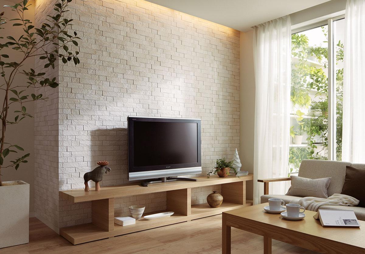 「壁の方を向いて、いい眺めだと言った人がいる」  「豊富なバリエーションから、お部屋に合わせてコーディネートできる」LIXILのエコカラットプラス    やわらかい表情のある壁面が、贅沢感のあるナチュラルな空間を演出します。  間接照明がエコカラットにグラデーション陰影を造ってくれて高級感が高まっています。  完成した「ナチュラルシンプル」+「綺麗」デザイン。    ホテルやモデルハウスでデザインの一部として使用されていると思われている方が多いようですが…  じつはデザイン性だけではなく、「消臭」「除湿」に高い効果があります。  デザインも豊富ですので、空間に合わせてお選びいただく事が可能です。