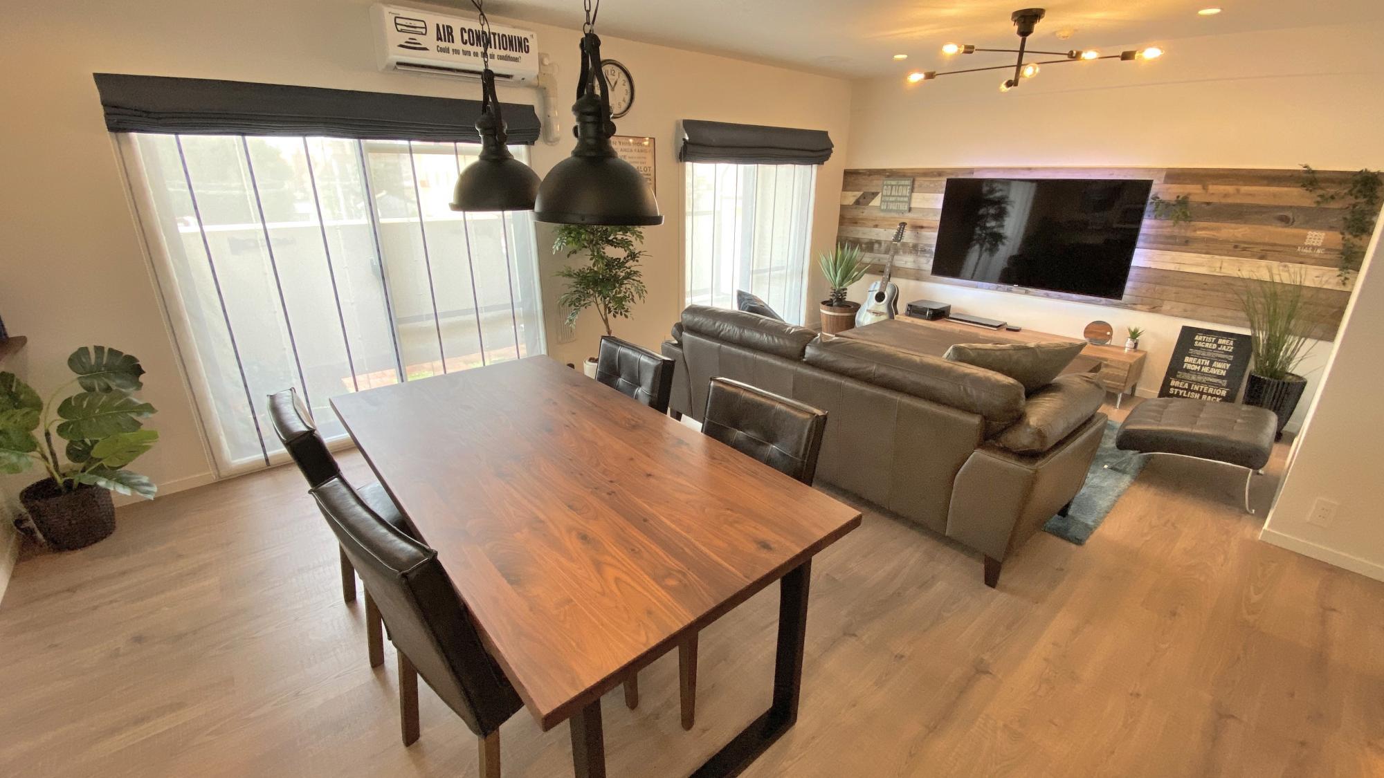 リノベ不動産|エクシアスは実際の所有のマンションを一度解体してスケルトン状態から0から室内をリノベーションしました。 家具家電も入れて実際の生活するならこんな感じかなとイメージしやすい環境をご用意してます。 リノベーションのテイストはどのようなテイストもできます! 何となくのイメージだけでも構いません。プロであるコチラが汲み取って最高のプレゼンを致します!  実際に中古物件を購入してリノベーションしたマンションを見ていただき、リアルなリノベ空間を体感していただけるようにしています。 様々なリノベーション事例を見ていただき、予算や希望を考慮しながら、ベストなご提案をさせていただきます!  ~こんな方にオススメ~ ★リノベーションした家を実際に見てみたい! ★予算内でどこまで理想に近づけるか知りたい! ★知識のある営業スタッフに相談したい! ★施工事例をたくさん見たい!  ホームページにて施工事例、イベント情報を更新していますので、是非覗いてみてください♪ 女性スタッフがたくさん活躍するアットホームな会社です!お気軽にお問い合わせください♪