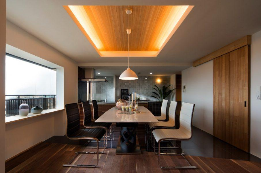 築31年の中古物件をリノベーションし、『食卓はラグジュアリーにしたい』というお客様の希望を実現いたしました。 間取りから照明器具、ドアの取っ手ひとつまで、お客様の希望や思いをくみとり、理想の空間を作り上げていきます。