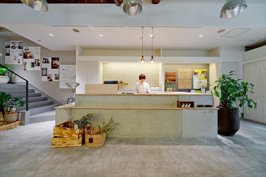 梅田NU茶屋町と天神橋本店の2つのインテリアストアは、空間づくりに一工夫。リノベの可能性を感じることができます。また、【世界にひとつ】と胸を張ってオススメできる、「アートギャッベ」や「北欧ヴィンテージ家具」、リノベ端材を使用したオリジナルプロダクト「KAKERA」を取り扱っています。