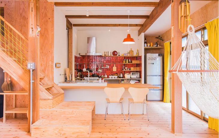 おじいさまから譲り受けた、幼いころの思い出があふれる戸建の住まい。 アクティブなご夫妻が望んだのは「子供たちが遊びながら学べる遊び心のある住まい」。完成された家よりもこれから創っていく自由度の高い空間でした。 耐震用の構造合板をデザインとして生かしたM様らしいダイナミックな住まいが誕生しました。